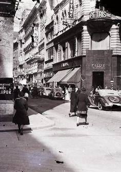 Váci utca a Piarista utcától nézve, jobbra a Párizsi utca torkolata.