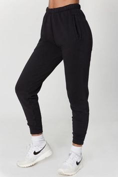 Mid-waist sweatpants with a relaxed fit and tapered silhouette. These comfy joggers feature side pockets, fitted ankle bands and an elastic waist with adjustable drawstring. Our custom French Terry fabric is soft, comfortable and made to last. Cute Lazy Outfits, Sporty Outfits, Teen Fashion Outfits, Girly Outfits, Stylish Outfits, Fashion Clothes, Black Joggers Outfit, Jogger Outfit, Black Pants
