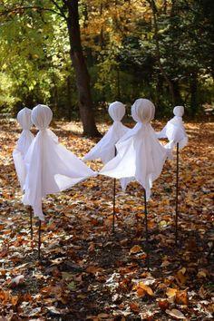 Diy Halloween House Decorations, Diy Ghost Decoration, Diy Halloween Ghosts, Halloween Outside, Looks Halloween, Outdoor Halloween, Halloween Coffin, Halloween College, Halloween Foods