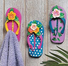 9 Fun Flip Flop Decorations and Crafts for your Home - Coastal Decor Ideas and Interior Design Inspiration Images Decor Crafts, Diy And Crafts, Arts And Crafts, Craft Decorations, Flip Flop Decorations, Wreaths Crafts, Owl Wreaths, Hanging Decorations, Holiday Decorations