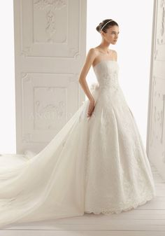 Dramatic Lace & Tulle A line Strapless Floor Length Sleeveless Wedding Dress