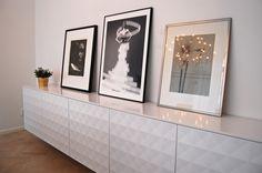 fem köks-överskåp (60×60) med tillhörande Herrestad-luckor, gångjärn och hyllor. För att dölja skruvar och skarvar behövdes även en vanlig vit täckskiva som toppskiva. Skåpen hängs upp precis som när de ska agera köksskåp, men såklart betydligt lägre