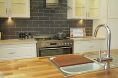 www.wallspan.com.au Wentworth is a classic look kitchen with its square sculptured panels and woodgrain finish.