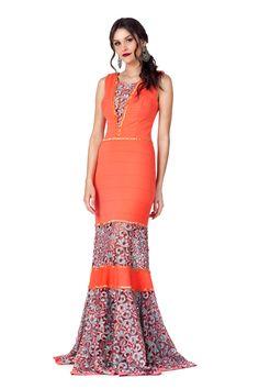 Vestido longo com transparências em renda guipir, bordados em canutilhos e missangas na cintura e saia.  Valor de varejo R$2.095,00