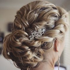 Gorgeous bridal bun by IG: mobileweddinghairsydney