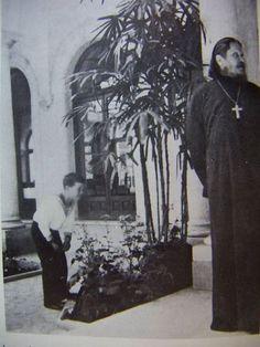 Una rara foto nella quale si possono vedere l'ultimo erede al trono dell'Impero Russo Aleksej Nikolaevič Romanov e il famigerato e discusso Rasputin.