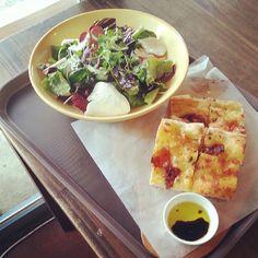 Green salad and focaccia at Trevia Pizza di Roma in Itaewon 2-dong, Yongsan-gu.  (June 2013)