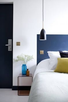 Easy And Affordable Bedroom Design Idea - Paint Your Headboard Directly On The Wall Headboard Alternative, Painted Headboard, Brown Headboard, Headboard Designs, Headboard Ideas, Pillow Headboard, Hotel Paris, Paris Rue, Paris Hotels