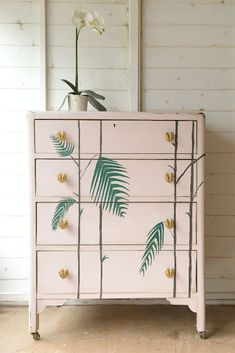 Antoinette is a soft pale pink in the Chalk Paint® palette. Annie Sloan first developed her signature range of furniture paint in calling it 'Chalk Paint' because of this decorative paint's velvety, matte finish. Chest Of Drawers Upcycle, Green Chest Of Drawers, Chest Of Drawers Decor, Pink Drawers, Painted Drawers, Painted Chest, Chest Of Drawers Makeover, Dresser Makeovers, Pink Chalk