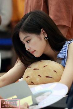 80819 Jennie at the Olsens fansign at starfield coex mall © jennie avenu Kim Jennie, South Korean Girls, Korean Girl Groups, Rapper, Face Profile, Blackpink Memes, Kim Jisoo, Korean Star, Kpop Fashion Outfits