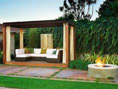 pergola moderne en bois et foyer à feu ouvert dans le jardin contemporain