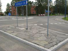 Viinijärven tumma liuskekivi kiertoliittymän rakenteissa Liperin keskustassa. Sauma on normaalia kapeampi, kivet on ladottu tiiviisti toisiaan vasten.