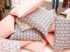Monoprix Maison collection automne hiver 2016 coussin graphique géométrique rose poudré et gris noir montagne de coussins tas