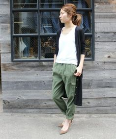 Recreate with a simple white shirt, one of your many black cardigans, and olive colored cargo pants Japan Fashion, Look Fashion, Fashion Pants, Daily Fashion, Korean Fashion, Fashion Outfits, Womens Fashion, Tokyo Street Style, Pants For Women