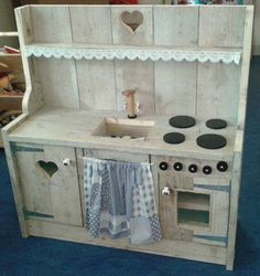 Kids play kitchen made from pallets. Diy Kids Kitchen, Mud Kitchen, Pallet Furniture, Kids Furniture, Wood Toys, Play Houses, Diy For Kids, Kids Playing, Wood Crafts