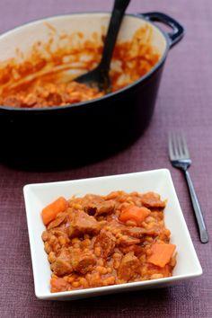 Une recette de plat mijoté à base de viande de veau, de haricots blancs à la tomate, chorizo et carottes. Le genre de plat du dimanche midi ;-) C'est d'ailleurs une recette que je tiens de ma maman, légèrement modifiée car elle utilise du bœuf, c'est...
