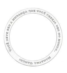 """A pulseira em aço inoxidável tem escrito a seguinte frase de Mahatma Gandhi : """"Você deve ser a mudança que você deseja ver no mundo"""". Essa linda frase que inspira pessoas no mundo inteiro, pode servir de inspiração para o seu dia a dia também.  O diametro interior da pulseira tem 6,5 centimetros, que permite que a pulseira fique larguinha na maioria dos pulsos.   Design lindo de Vanessa Robert"""