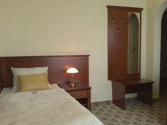 https://flic.kr/p/JbL39t | Jednoosobowy pokój w Astorii Romantica | Wyposażenie pokoju jednoosobowego: - wygodne łóżko jednoosobowe z szafką nocną - łazienka z wanną lub prysznicem - biurko do pracy z krzesłem - wieszak na ubrania wierzchnie - przestronna szafa na ubrania... Więcej szczegółów: astoria-romantica.pl/blog/?p=240