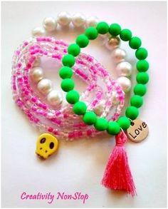 Conjunto de três pulseiras com pérolas em vidro, missangas, contas acrílicas, pendentes e pendente com fios de algodão.