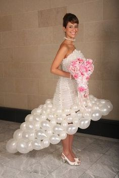 Awesome/crazy: Wedding gowns made of balloons Bad Dresses, Crazy Dresses, Ugly Dresses, Ugly Outfits, Weird Wedding Dress, Unusual Wedding Dresses, Wedding Dress Fails, Wedding Fail, Wedding Humor