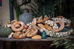 Bodegón de panes y verduras.