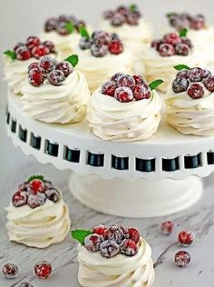10 best mini pavlova and meringues recipes that are so great to make for parties and weddings. Pretty and colorful as well as tasty.Yummy Lemon-meringue-pie-bites Strawberry and berry pavlova-dessert… Fancy Desserts, Just Desserts, Delicious Desserts, Gourmet Desserts, Holiday Desserts, Tea Party Desserts, Bridal Shower Desserts, Elegant Desserts, Bite Size Desserts