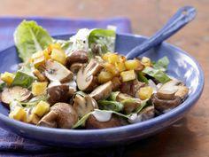 Champignons à la crème: Sie möchten fix was Leckeres auf den Teller zaubern? Mit Champignon-Salat und Croutons liegen Sie immer richtig!
