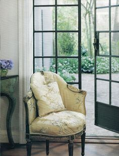 I'm in love with this French chair!
