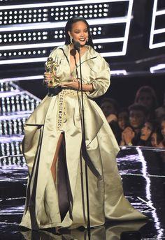 Os looks superfashionistas de Rihanna no VMA 2016