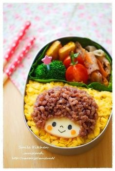 Afro girl bento Ground beef for hair, mozzarella cheese or a round piece of white toast for the face, served on a bed of macaroni and a side of broccoli Bento Recipes, Baby Food Recipes, Cute Food, Yummy Food, Kawaii Bento, Boite A Lunch, Bento Box Lunch, Bento Food, Food Humor