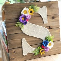 Felt and wood wall hanging perfect for fall! Felt and wood wall hanging perfect for fall! Felt Flowers, Diy Flowers, Fabric Flowers, Paper Flowers, Felt Roses, Felt Diy, Felt Crafts, Diy And Crafts, Maquillage Or Rose