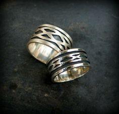 Anillos celta en plata de ley y fondo oxidado en negro. Disponibles por encargo diferentes anchuras y tipos de nudos celtas. Facilitar la medida del dedo. Hechos a mano.
