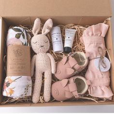 What do you think about our luxe Wildflower gift box? 😍 Featuring our Blossom romper, wildflower swaddle, wild one booties & harlow crochet… Baby Gift Hampers, Girl Gift Baskets, Baby Hamper, Baby Shower Gift Basket, Baby Baskets, Baby Shower Gifts, Raffle Baskets, Gift Box Birthday, Baby Gift Box