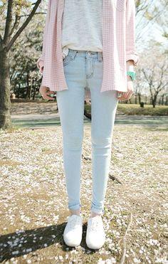 Comprar ropa de este look: https://lookastic.es/moda-mujer/looks/camisa-de-vestir-camiseta-con-cuello-barco-vaqueros-pitillo-zapatillas-bajas-reloj/4524 — Camisa de Vestir de Tartán Rosada — Camiseta con Cuello Barco Gris — Reloj Verde Menta — Vaqueros Pitillo Celestes — Zapatillas Bajas Blancas