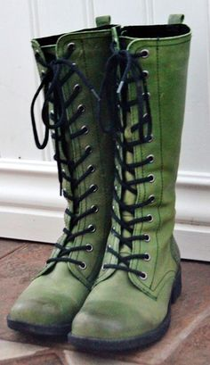 The trend of green boots: green boots worn, green, lace-up boots UXMMYPQ Shoes Boots Combat, Shoe Boots, Shoe Bag, Green Lace, Olive Green Boots, Green Coat, Artemis Crock, Awesome Shoes, Cute Shoes