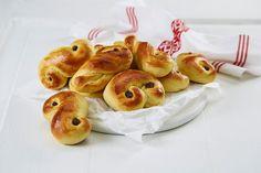Ingen Lucia-feiring uten deilige Lussekatter! Lussekatter baker man først og fremst til Luciadagen 13. desember, men disse er så gode at du helst vil spise de gjennom hele adventstiden.