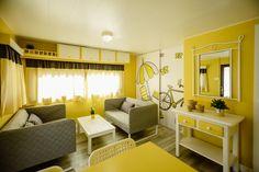 Mobil Homes en alquiler en el camping situado en primera línea de mar, en la Costa Dorada. Cinque Terre, Divider, Room, Furniture, Home Decor, Beach Feet, El Dorado, Bedroom, Decoration Home