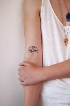▷ 1001 + Ideas and inspirations for a lotus flower tattoo- ▷ 1001 + Ideen und Inspirationen für ein Lotusblume Tattoo buddhismis symbols, klene tattoo motifs for women, small lotus flower on the upper arm - Small Tattoos Arm, Upper Arm Tattoos, Foot Tattoos For Women, Small Lotus Flower Tattoo, Tattoo Small, Small Mandala Tattoo, Yoga Tattoos, Forearm Tattoos, Body Art Tattoos