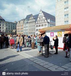 Mittagspause an der Imbissbude, Marktplatz, Leipzig, DDR 1970er Jahre. Lunch at the snack bar, market place, Leipzig