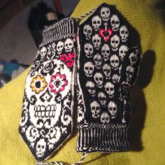 Calaveras mittens ready for use! Knitted Mittens Pattern, Crochet Gloves, Knit Mittens, Knitting Socks, Hand Knitting, Knit Crochet, Knitting Charts, Knitting Patterns, Crochet Patterns