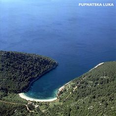 An introduction to the beach of Pupnatska Luka (Pupnat beach) on Korcula island - extensive info, how to ge there, map, photos, locations and Seaside Restaurant, Dalmatia Croatia, Free Boat Plans, Plywood Boat Plans, Pebble Beach, Cheap Travel, Fishing Boats, Day Trip, Trip Planning