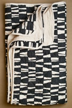 quilted throw I'm a fool for quilts. (well, anything with a patchwork/square or square-ish pattern) Design Textile, Textile Patterns, Textile Art, Quilt Patterns, Black And White Quilts, Black Quilt, Quilt Modernen, Purl Soho, Manta Crochet