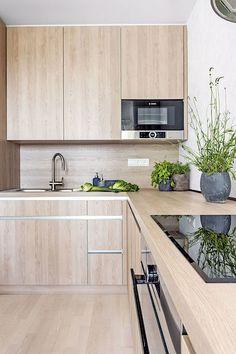 Kuchyňská sestava nábytku (Egger) je vyrobená na míru podle autorského návrhu designérky z reliéfního lamina v barvě pískového dubu. Pracovní deska je vzhledově ve shodném odstínu pískového dubu, je ovšem speciálně upravená do nezbytné kvality.