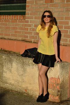 Buenos días amig@s, comenzamos la semana con un nuevo outfit en el que combino el color amarillo con el negro. El amarillo es uno de los colores, junto con el rojo, que más vitalidad me inspira y s…