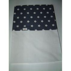 Wieglaken donkergrijs met witte sterren. Matriaal: Het lakentje voor de wieg is van Poplin 100% katoen en is 75 cm breed en 100 cm lang. Poplin katoen is een luxere stof en voelt zijde zacht aan voor de baby.