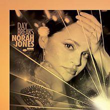 """"""" DayBreaks"""" de Norah Jones tras haber ido abandonando el piano por la guitarra, en este disco le apetecía regresar a ella y a sus raíces jazz y, a los sonidos más tradicionales. La mejor muestra de este regreso a sus orígenes es el single 'Carry On', un delicado medio tiempo que se presenta con un entrañable clip, en el que una pareja de ancianitos baila  Signatura: PCD JAZ jon"""