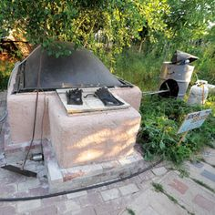 A 600-gallon biogas generator in Oregon turns 15 pounds of food waste into cooking fuel daily. From MOTHER EARTH NEWS magazine.