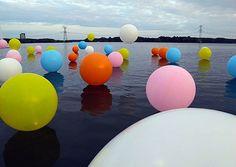 Une installation dont on raffole. Magique ! Deux artistes : Renee Reijnders et Merijn Hos. 50 ballons géants sur l'eau àAlmere, au Pays-Bas.