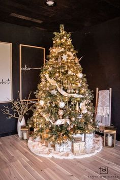 Modern Cream and Gold Christmas Tree with dark moody background! Fun cozy Christmas look! #christmastree Gold Christmas Tree, Creative Christmas Trees, Holiday Tree, Christmas Time, Cream And Gold, Modern, Xmas Trees
