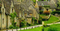 Au sud-est de l'Angleterre, se trouve la région des Cotswolds, une chaîne de superbes collines aux habitations pittoresques. C'est d'ailleurs là que se trouve l'un des plus beaux villages du pays : Bibury. Le DGSvous présente cet endroit ma...